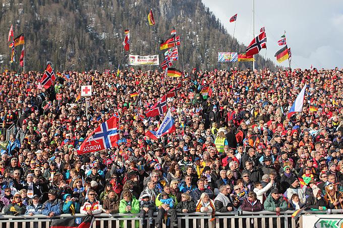 Гордо реющие норвежские флаги и приспущенные российские, как символ прошедшей эстафеты