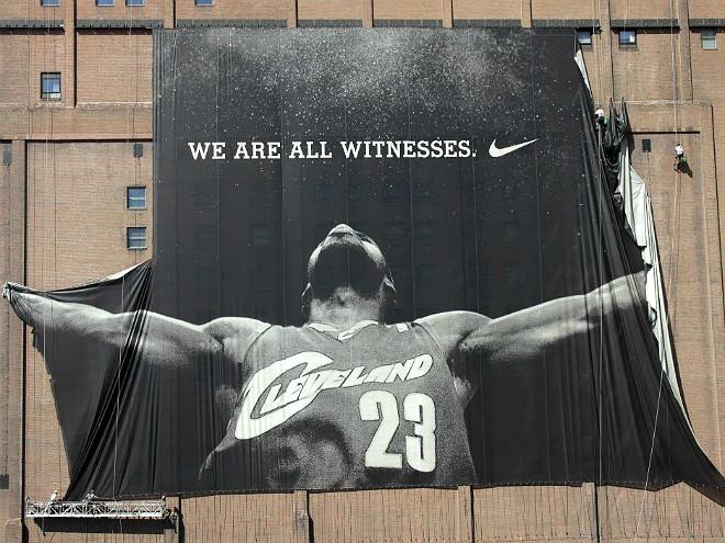 Баннер с Леброном Джеймсом снимают со здания в Кливленде после его Решения