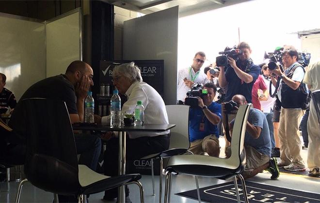 Владелец «Лотуса» Жерар Лопес внимательно слушает промоутера Формулы-1 Берни Экклстоуна