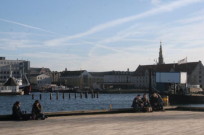 Отдыхающая молодежь на берегу пролива Эресунн