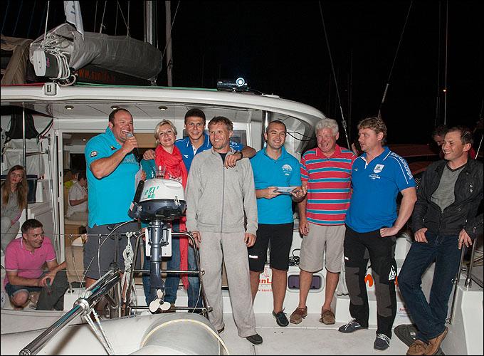 Экипаж Дениса Череватенко получает призовые за победу в гонке