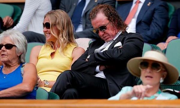 Известный гольфист Мигель-Анхель Хименес внимательно следит за матчами на Уимблдоне.