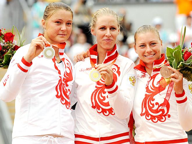 Динара Сафина, Елена Дементьева и Вера Звонарёва на олимпийском пьедестале Пекина-2008