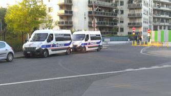 Два полицейских микроавтобуса