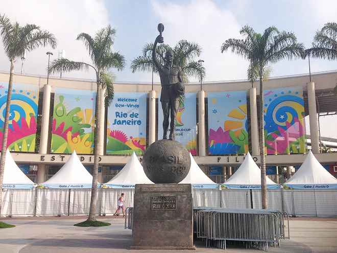 У входа на стадион имени Марио Филью («Маракану»)