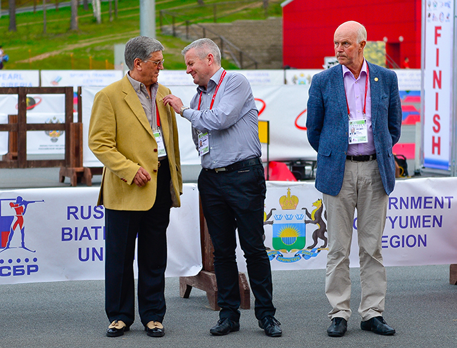 Александр Тихонов (слева)