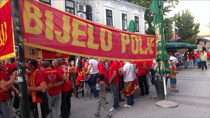 Черногорцы готовятся к матчу в центре города за несколько часов до игры