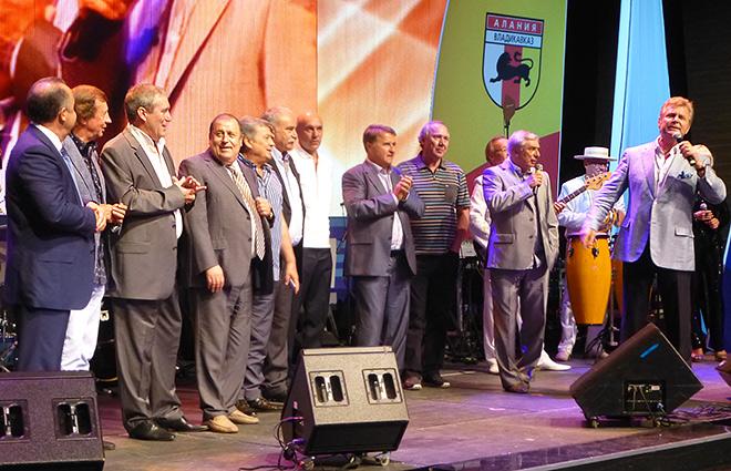 Лещенко поет «Команду молодости нашей», на сцене Газзаев, Романцев, Ярцев, Сёмин и многие другие