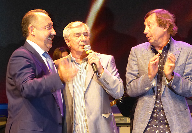 Газзаев, Ярцев, Сёмин поют «Команду молодости нашей»