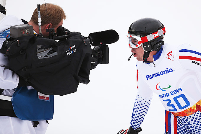 Российский горнолыжник Валерий Редкозубов передаёт привет в телевизионную камеру