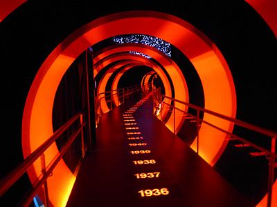 """Суперсовременный музей """"Ривер Плейта"""". Из этого коридора вы сворачиваете в комнаты, посвященные отдельным десятилетиям"""