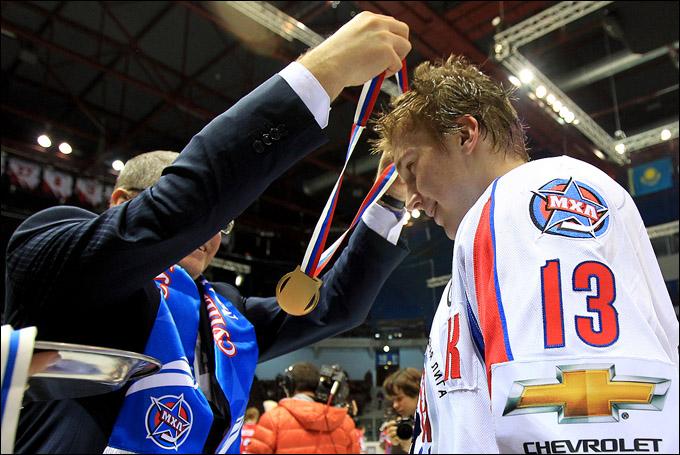 Роман Любимов: медаль из рук президента КХЛ