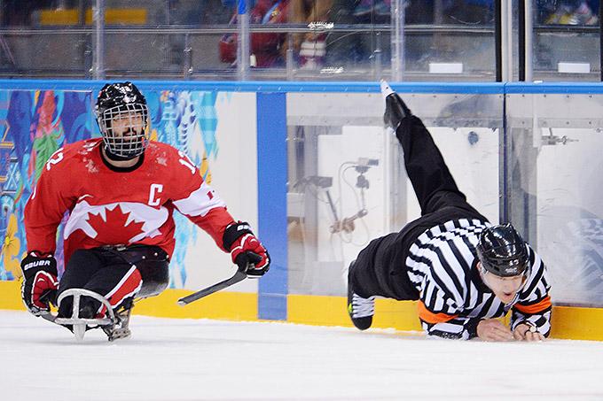 Следж-хоккей, матч за третье место. Рефери Джонатан Моррисон не смог уйти от столкновения с канадцем Грегом Вестлейком