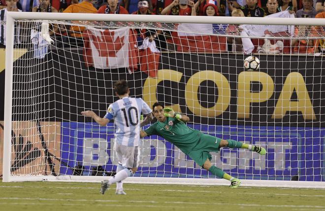 Лионель Месси не забивает пенальти в финале Кубка Америки