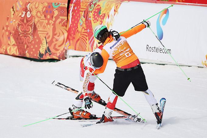 Гид Робин Феми помогает своему подопечному Маку Маркусу избавиться от лыж