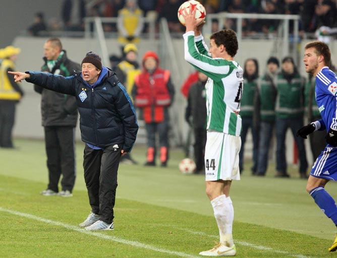 Эмоции перехлёстывают Юрия Сёмина, пока Федецкий вводит мяч в игру