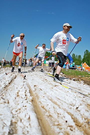 """Одним из самых известных мероприятий в России является """"Майская лыжня"""". Заготовленного снега хватает, чтобы весь день кататься под ярким солнцем"""