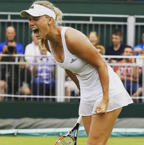 Каролина Возняцки радуется победе над Денисой Аллертовой