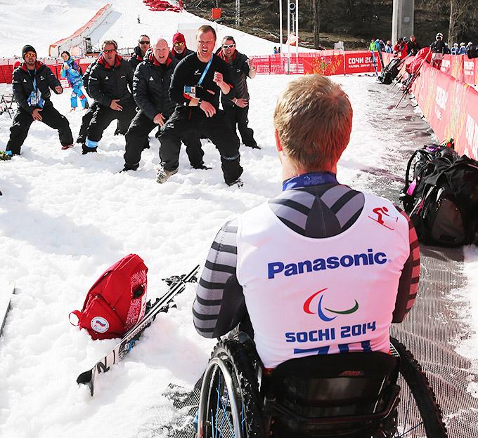 Новозеладский тренерский штаб во главе с Питером Сенфоржом танцует хаку для серебряного призёра в горных лыжах Кори Петерса