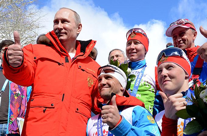 Президент России Владимир Путин вместе с российской эстафетной командой