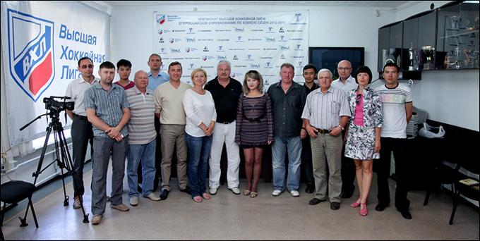 Владимир Плющев (в центре) с усть-каменогорскими журналистами