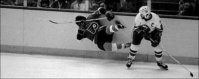 """Фрагменты сезона. 25 ноября 1982 года. """"Нью-Йорк Айлендерс"""" - """"Филадельфия Флайерз"""". Денис Потвин отбирает шайбу у Реджи Лича."""