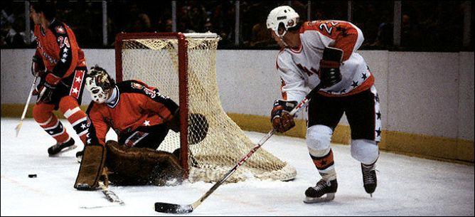 Фрагменты сезона. 8 февраля 1983 года. Матч всех звезд. Майк Босси атакует ворота Мюррея Баннермэна.