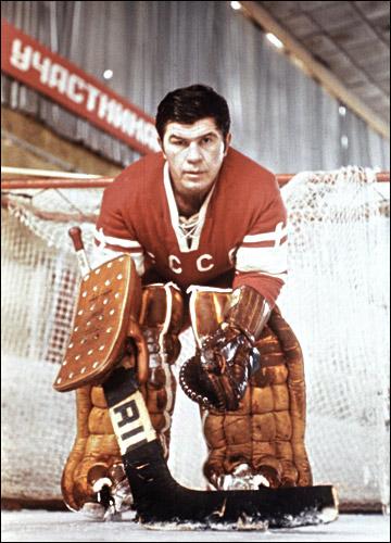Вратарь сборной СССР по хоккею Виктор Коноваленко
