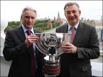 Зинэтула Билялетдинов и Владислав Третьяк с Кубком чемпионов мира