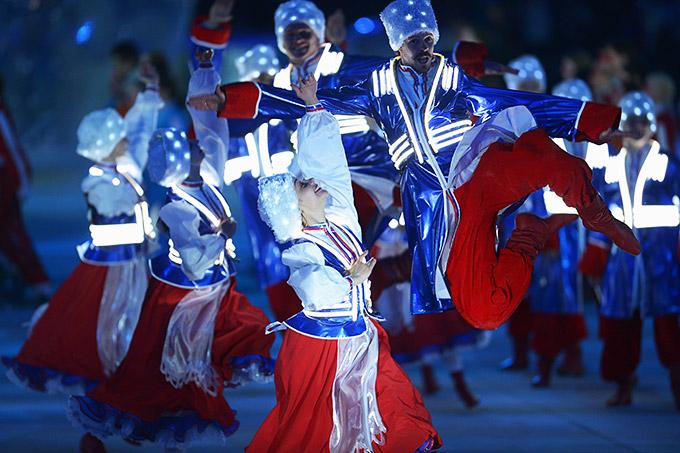 Танцы казаков на церемонии закрытия Паралимпийских игр в Сочи