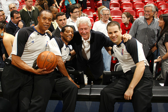 "Арбитры Родни Мотт(#71), Билл Кеннеди (#55) и Марк Линдсэй (#29) по окончании встречи ""Майами"" – ""Орландо"" с Биллом Клинтоном."