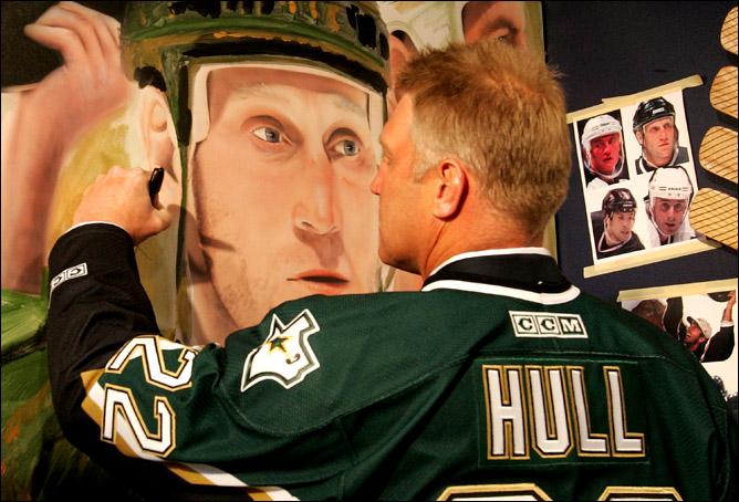 Бретт Халл со своим портретом.