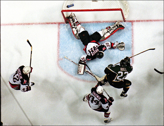 "Фрагменты сезона. 19 июня 1999 года. Финал. ""Баффало"" — ""Даллас"". Доминик Гашек ликвидирует атаку Бретта Халла."