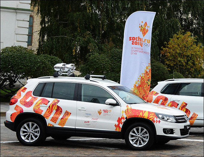 Специально для эстафеты олимпийского огня Volkswagen Tiguan оборудовали специальными звукоусилительными комплексами