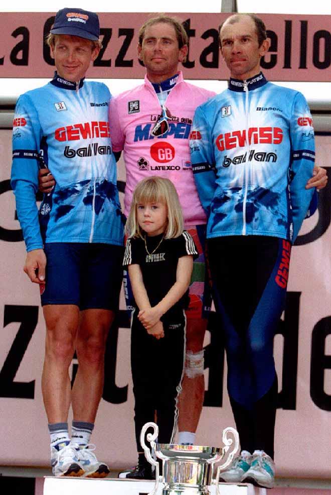 Пётр Угрюмов (справа) на подиуме «Тур де Франс»