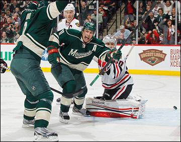 """5 мая 2013 года. Сент-Пол. Плей-офф НХЛ. 1/8 финала. Матч № 3. """"Миннесота"""" — """"Чикаго"""" — 3:2 (ОТ). Зак Паризе атакует ворота """"Чикаго"""""""