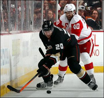 "12 мая 2013 года. Анахайм. Плей-офф НХЛ. 1/8 финала. Матч № 7. ""Анахайм"" — ""Детройт"" — 2:3. Хенрик Зеттерберг атакует Дэвида Стекела"