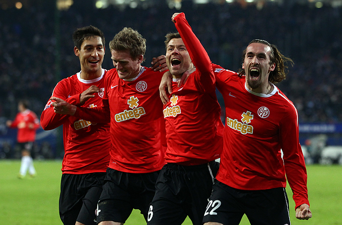 "Футболисты ""Майнца"" празднуют четвёртый гол, забитый в матче с ""Гамбургом"""