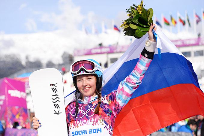 Алёна Заварзина во время цветочной церемонии на Олимпийских играх в Сочи