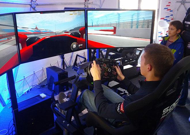 Даниил Квят преодолевает «Сочи Автодром» за рулём симулятора