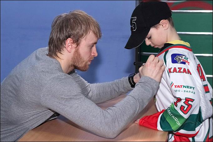 Григорию Панину ещё долго придется раздавать автографы перед матчами