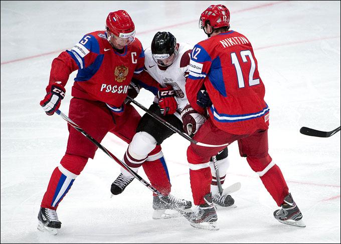 "Илья Никулин (слева) и Никита Никитин ""плющат"" Мартиньша Ципулиса"