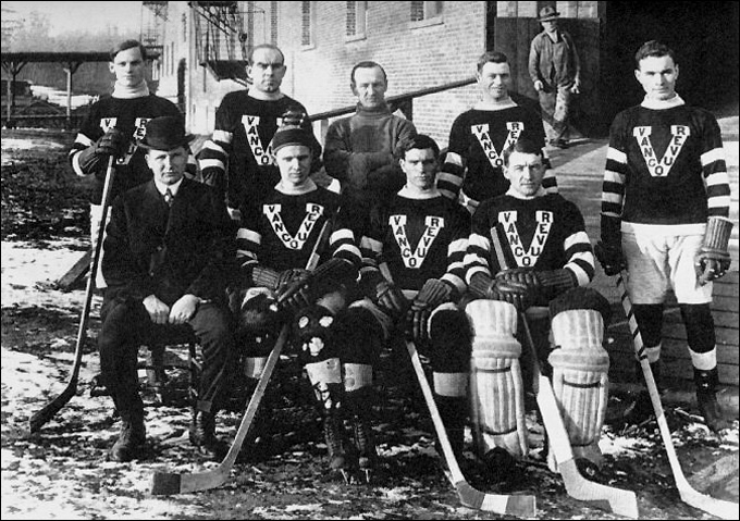 "Фрэнк Найбор (крайний справа) в составе ""Ванкувера"""