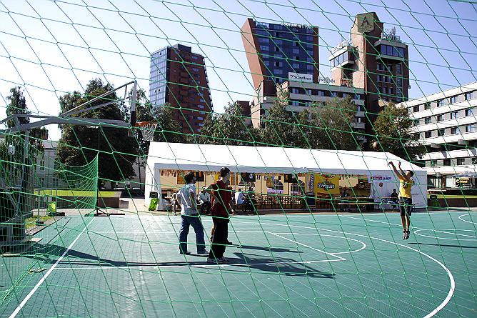 Баскетбольная площадка в Клайпеде близ отеля Amberton