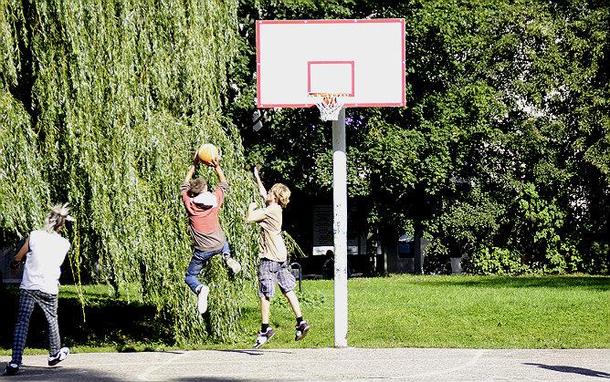 Баскетбольная площадка в Клайпеде в старом городе