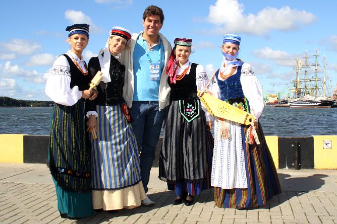 С литовками в национальных одеяниях на пирсе в старом порту