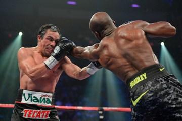 Мнения судей разделились – один из них отдал победу Маркесу со счётом 115-113, а двое других посчитали выигравшим Брэдли – 115-113 и 116-112.