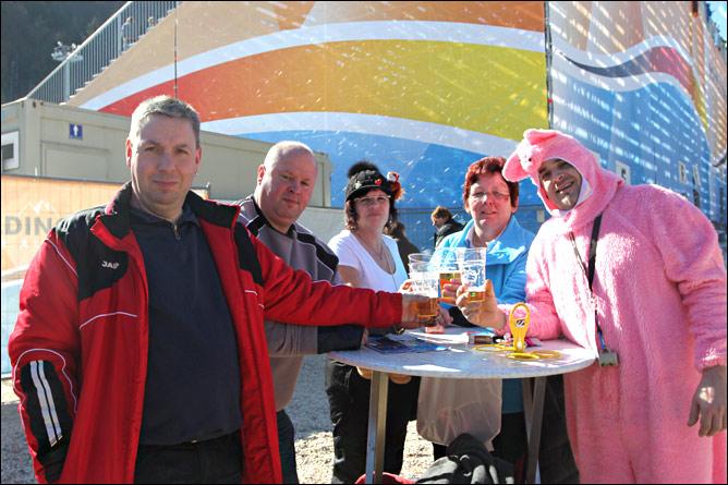 Немецкие болельщики коротают время в ожидании гонки за кружкой пива