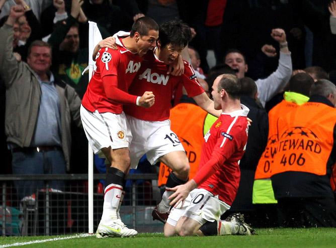 Чичарито, Пак и Руни празднуют победный гол, забитый корейским хавбеком МЮ.