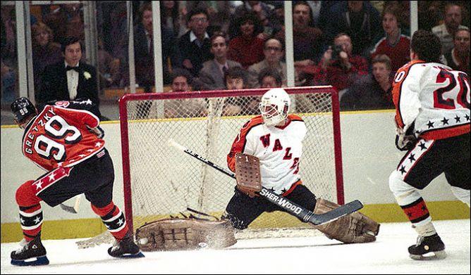 Фрагменты сезона. 31 января 1984 года. Ист-Рутенрфорд. Матч всех звезд НХЛ. Уйэн Гретцки забрасывает шайбу в ворота Чики Реша.